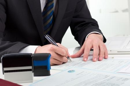 certificado: Notario firma el documento p�blico en su lugar de trabajo