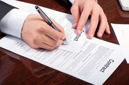彼は職場でのドキュメントの署名公証人 写真素材