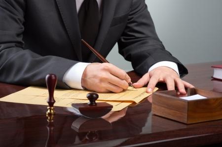 signing: Imprenditore notarize testamento presso l'ufficio notarile Archivio Fotografico