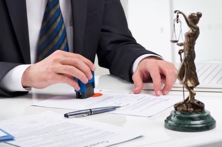 beh�rde: Notar Unterzeichnung Dokument an seinem Arbeitsplatz Lizenzfreie Bilder