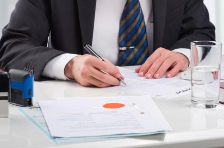 documentos legales: Notario firma el documento p�blico en su lugar de trabajo