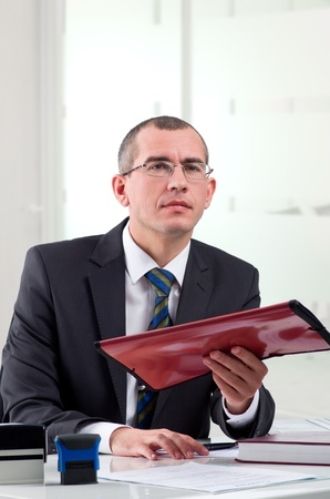 弁護士またはファイル フォルダーとの彼の職場に公証人公衆