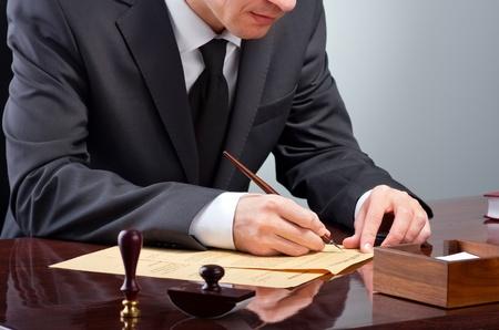 Zakenman notarize testament bij notaris kantoor Stockfoto