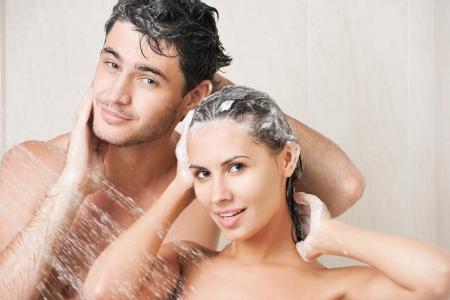 샴푸: 샤워 머리를 세척하는 젊은 부부