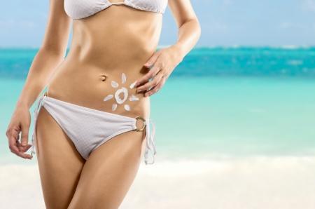 Um sinal do sol em um corpo feminino, close-up, fundo do mar