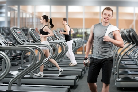 Jongeman ontspannen na het lopen in de fitness club