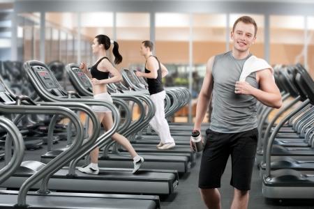 gimnasio: Joven de relax despu�s de correr en el gimnasio