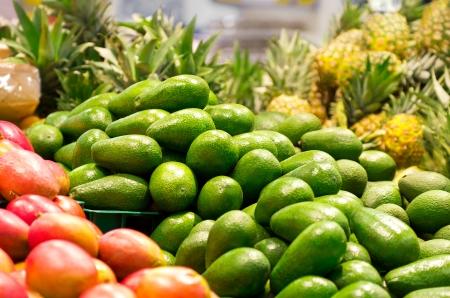 スーパー マーケットで緑アボカドのフルボックス 写真素材