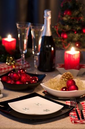 cena romantica: tavolo da pranzo decorata da ornamento nuovo anno Archivio Fotografico