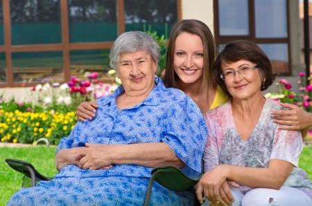 3 世代一緒に田舎で女性の