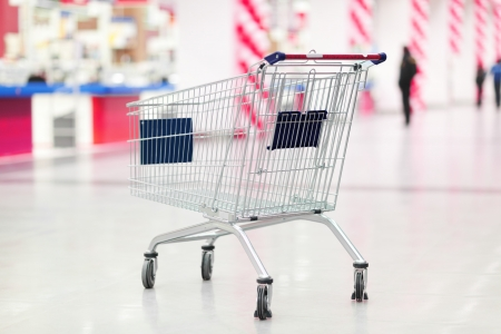 wholesale: empty cart in the supermarket
