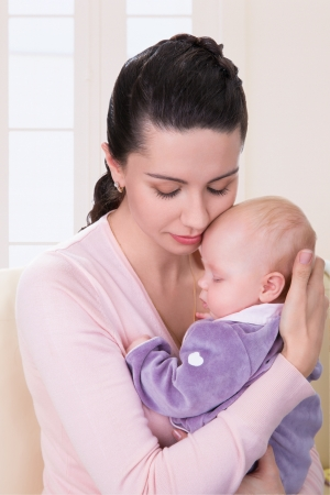 Retrato da matriz feliz com bebê