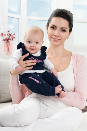 自宅で赤ちゃんと母の肖像画 写真素材