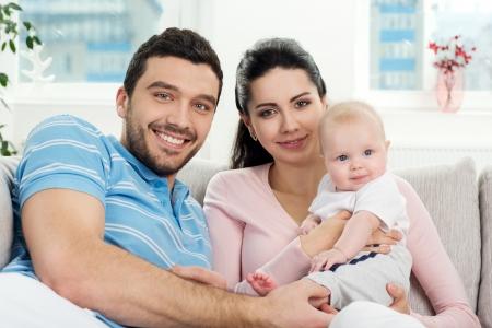 familia unida: Retrato de una familia feliz con el ni�o en el hogar