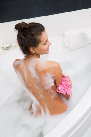泡風呂の美しい若い女性