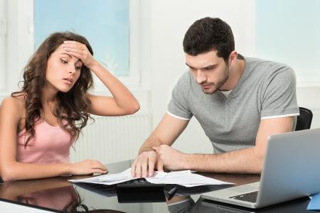 hombre preocupado: Pareja, hombre enojado y molesto despu�s de mirar en extracto de la tarjeta de cr�dito Foto de archivo