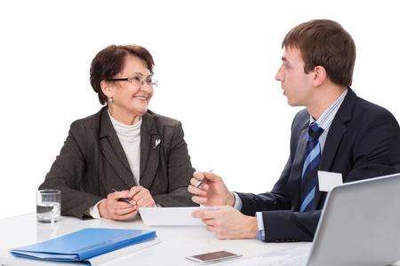 Manager adviseert de bejaarde vrouw in het kantoor