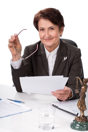oficinista: Abogado o notario p?blico en su lugar de trabajo con documentos Foto de archivo