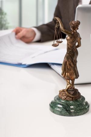 Notaris ondertekend document op zijn werkplek Stockfoto