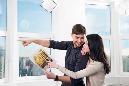 junges Paar, die Immobilien für einen Kauf der Suche
