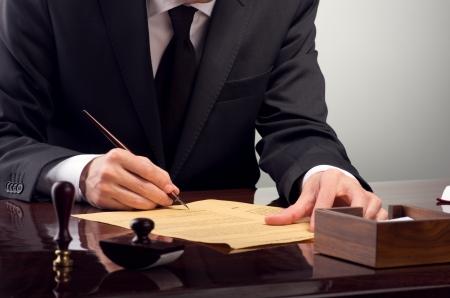 oud document: Zakenman notarieel bekrachtigen testament bij notaris kantoor
