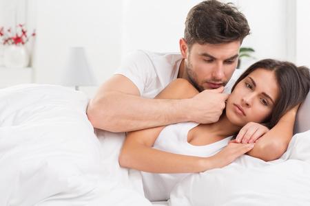personas discutiendo: Retrato de infeliz joven pareja heterosexual en el dormitorio Foto de archivo