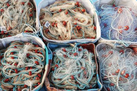 medias de red: Textura de redes de pesca en el barco de peces doblado en cajas