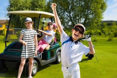 curso de capacitacion: Ni�os jugando al golf y participar en los ni�os la competencia en el campo de golf en el d�a de verano