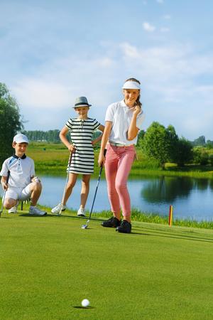 グリーンでパター ゴルフを遊ぶ子供たち 写真素材