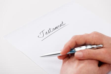 Handen van de bejaarde vrouw schrijven ot papier testament Stockfoto