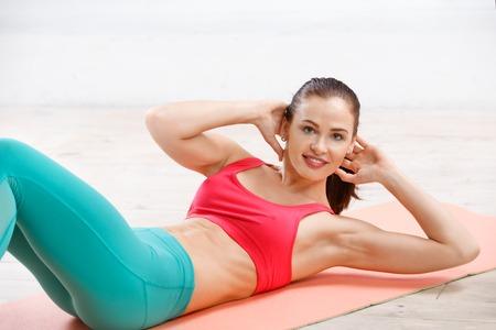 cuerpo femenino: Retrato de mujer joven de entrenamiento atlético en clase de gimnasia en la tarde Foto de archivo