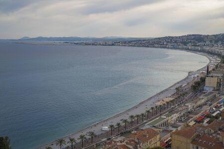 Resort de lujo de la riviera francesa. Hermosa vista a la ciudad de Niza en Francia. Mar Mediterráneo, playa pública, famoso muelle, palmeras y casas de Niza. Foto de archivo