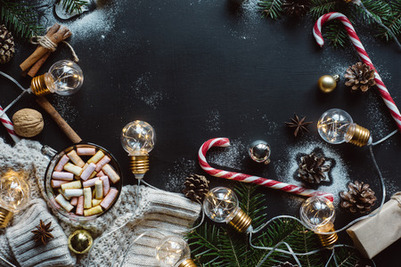 Christmas flat lay. Chocolate or cocoa with marshmallow, cookies, candy on a dark background. Stok Fotoğraf - 111784629