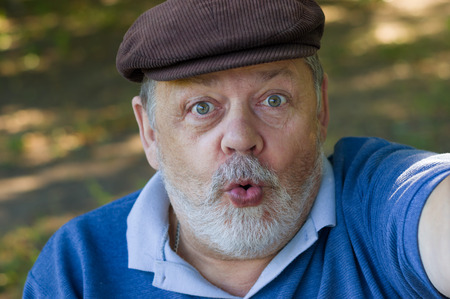 hombre con barba: Retrato de un hombre mayor preguntando y haciendo autofoto primera en su vida