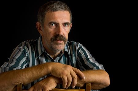 campesino: Retrato de campesino de Ucrania en oscuro