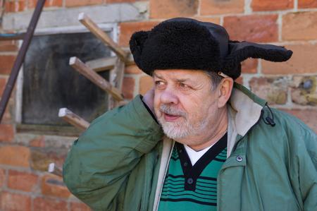campesino: Retrato al aire libre de un campesino ucraniano con barba y mirada astuta