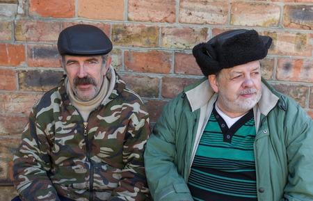 campesinas: Retrato al aire libre de dos amigos ancianos campesinos de Ucrania