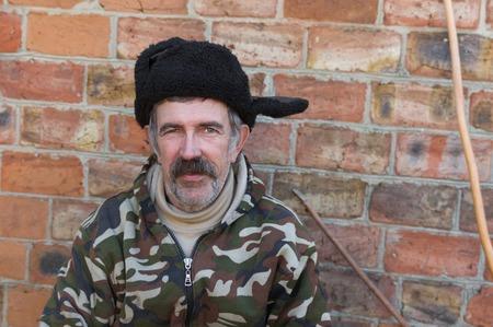 campesino: Retrato al aire libre de un campesino con bigote de Ucrania ordinaria en la gorra de piel