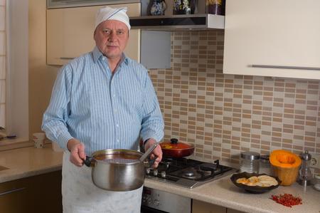 AFICIONADOS: Retrato del varón aficionado cocinar en una cocina