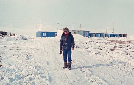 prospector: buscador de oro Soviética en una única calle de la solución de pequeños oro-prospectores en la tundra