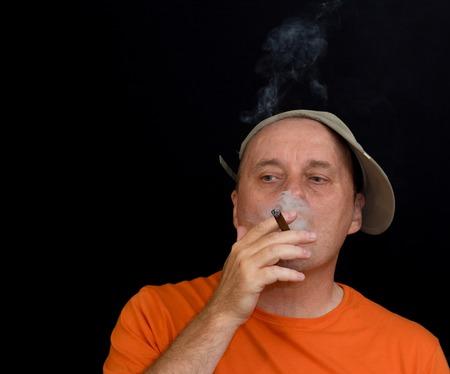 hombre fumando puro: Hombre maduro hábito de fumar cigarros