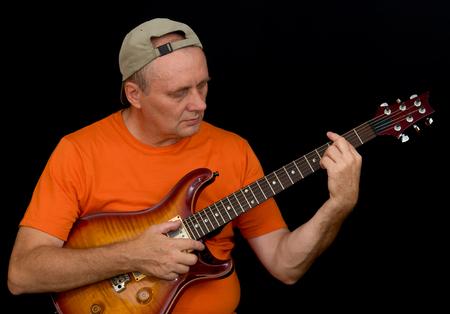 AFICIONADOS: Retrato de aficionado de la guitarra del músico que toca