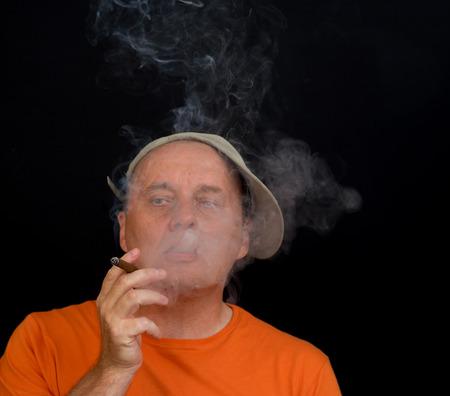 hombre fumando puro: Retrato de hombre maduro hábito de fumar cigarros Foto de archivo