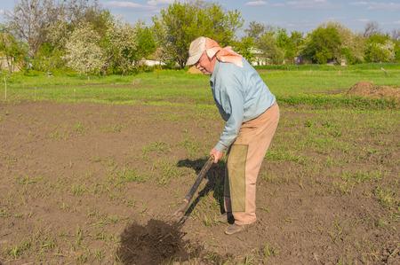 campesino: Ancianos campesino de Ucrania con la excavaci�n de horquilla en huerta