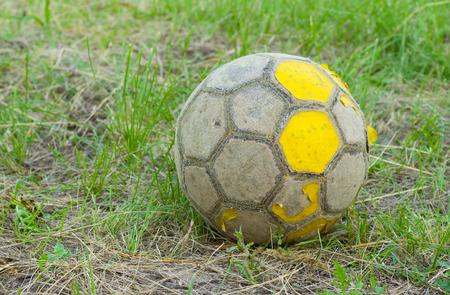 古い放置されたフィールドの古いフットボール (サッカー ボール)。