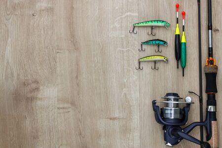Fond en bois avec attirail de pêche