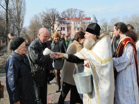 paskha: CHERKASY, UKRAINE - APRIL 4: Unidentified  parishioners celebrate Easter holiday at St. Michael Editorial
