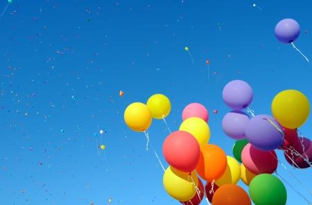 globos de cumplea�os: globos de colores y confeti en la ciudad del festival 9 Foto de archivo