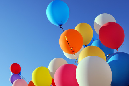 multicolored balloons in the city festival on blue sky  Banque d'images