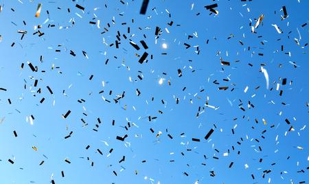fallen Konfetti in der Stadtfest am blauen Himmel Hintergrund